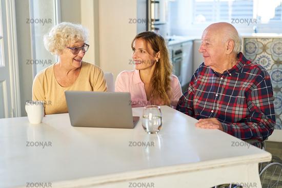 Tochter und Senior Eltern am Laptop warten auf Videoanruf