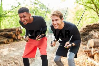 Junge Männer machen Unfug mit Wanderstöcken