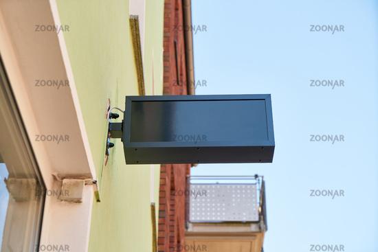 Dunkles Schild als Mock-Up Template an Gebäude