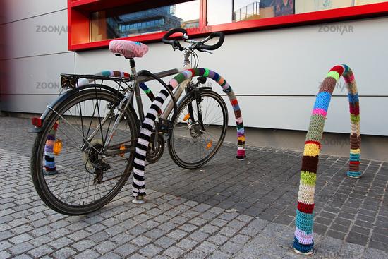 Berlin Lichtenberg -Umhaekelte Fahrradstaender