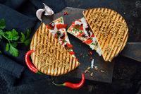 Heißes italienisches Sandwich mit Paprika und Pecorino