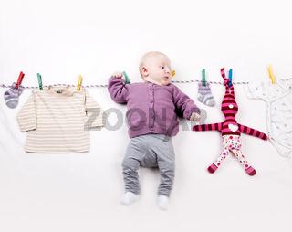 Baby auf Wäscheleine