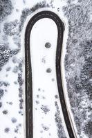 Winter Schnee Straße Serpentine Jahreszeit Luftbild bei Albstadt Hochformat