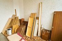 Alte Möbel als Sperrmüll bei Renovierung in Wohnung