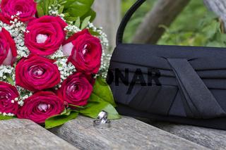 Hochzeit in Rot - Brautstrauss, Ringe, Tasche