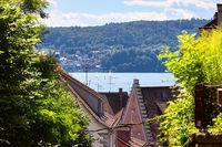 Dächer in Überlingen am Bodensee. Dahinter der Bodensee