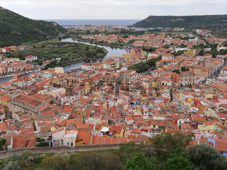 Blick über die Altstadt von Bosa bis zum Mittelmeer