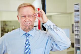 Mann mit Brille beim Optiker