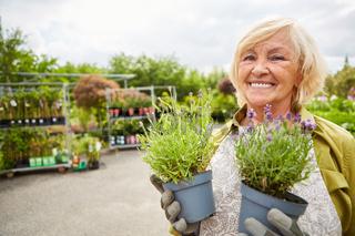 Ältere Gärtnerin mit Blumen für eine Bestellung
