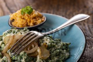 bayerische Pasta mit Zwiebeln auf dem Teller