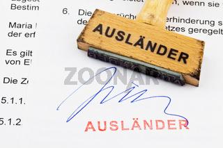 Holzstempel auf Dokument: Ausländer
