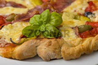 hausgemachte Pizza auf Holz