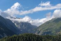 Landschaft beim Dorf Ernen mit Wannenhorngruppe im Hintergrund