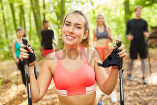 Frau als Fitness Trainer mit Nordic Walking Kurs