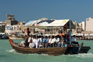 Abra Wassertaxi verkehren auf dem Dubai Creek zwischen den Stadtteilen Bur Dubai und Deira