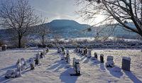 Winterlicher Friedhof am Fuße der Schwäbischen Alb