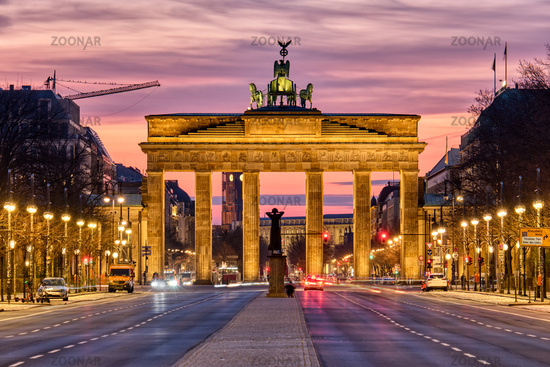 Das berühmte Brandenburger Tor vor Sonnenaufgang