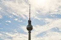 Berliner Fernsehturm am Tag mit Wolken am Himmel