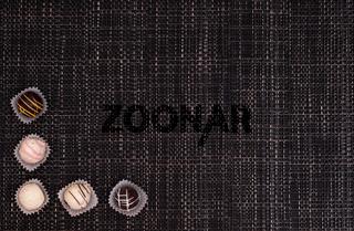Trüffel-Pralinen auf geflochtenen Stoff