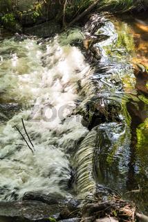 kleiner Wasserfall eines reißenden Baches - Naturschönheit