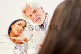 Facharzt für ästhetische Chirurgie und Patientin