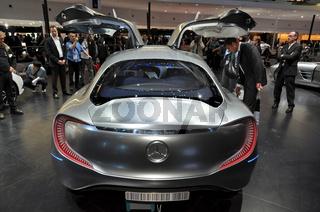 Publikum auf der IAA bei Mercedes