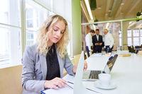 Business Frau am Laptop Computer bei der Terminplanung