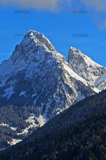 Gipfel Dent d'Oche links, und Château d'Oche  im Winter, Chablais-Massiv, Savoyer Alpen, Frankreich
