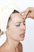 Frau werden die Augenbrauen gezupft