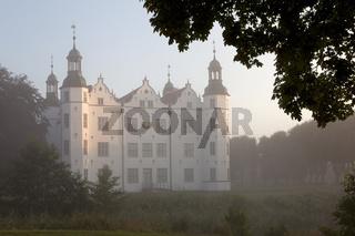 Ahrensburger Schloß im Nebel