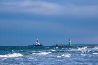 Mole und Schlepper an der Ostseeküste in Warnemünde