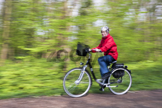 ältere Dame auf einem Fahrrad