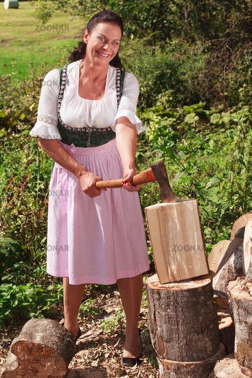 Bäuerin beim Holzhacken