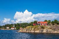 Häuser auf einer Schäreninsel vor der Stadt Arendal in Norwegen