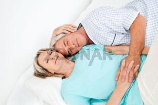 Senioren schlafen im Bett