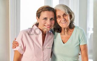 Glückliche Senior Mutter mit Tochter oder Pflegedienst Frau