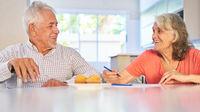Glückliches Senioren Paar im Ruhestand beim Rätsel lösen