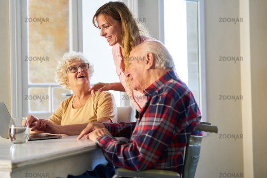 Junge Frau unterstützt Senior Eltern am Laptop Computer