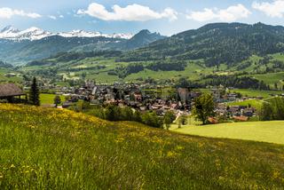 Der Ort Neu St. Johann im Toggenburg, im Hintergrund die Churfirsten, Kanton St. Gallen, Schweiz