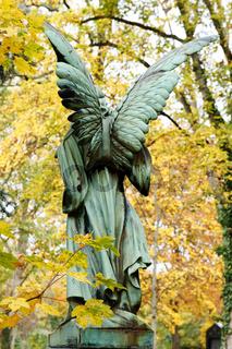 eine Engelsfigur auf einem herbstlichen Friedhof