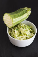 Geriebener Zucchini in einer Schale