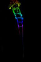 schoener regenbogen rauch auf schwarz
