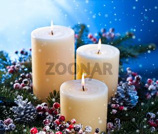 3 Kerzen in einem Adventsgesteck