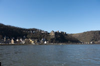 Blick von St. Goarshausen über den Rhein auf St. Goar und Burg Rheinfels