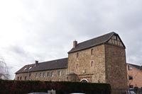 Untere Burg Kuchenheim, Vorburg mit Torhaus von 1573