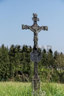 traditionelles Kruzifix am Wegrand - Symbol Wegkreuz