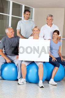 Senioren machen Werbung im Fitnesscenter