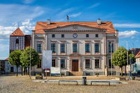 wusterhausen, deutschland - 03.06.2020 - marktplatz mit rathaus und stadtkirche st. peter und paul