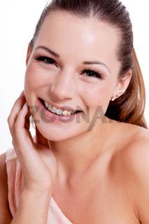 junge brünette frau mädchen mit natürlichem makeup und braunen haaren isoliert