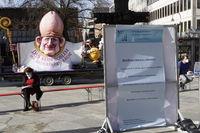 Protestaktion der Betroffeneninitiative Hildesheim gegen Kardinal Woelki und die katholische Kirche vor dem Kölner  Dom